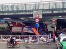 Xe tải lao vào cầu vượt Linh Xuân, bia đổ tràn đường