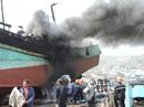 Tàu cá chứa 8.000 lít dầu bốc cháy dữ dội sau tiếng nổ