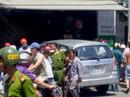 """""""Xế hộp"""" tông sập tiệm sửa xe, 1 nhân viên tử nạn"""