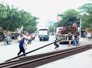 Hàng chục thanh sắt lao khỏi xe đầu kéo ở TP HCM