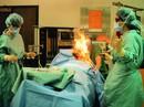 Đang phẫu thuật, bác sĩ làm bệnh nhân bốc cháy