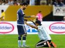 Fan cuồng liều mình vào sân… quỳ lạy Messi