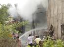 Nhà xưởng công ty giấy cháy rụi trong mưa