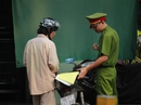 Người dân ngỡ ngàng khi bị phạt đậu xe máy dưới lòng đường