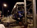 Xe khách lao vào trạm thu phí, hàng chục hành khách hoảng loạn