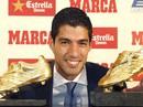 """Suarez cùng con khoe """"Chiếc giày vàng"""""""