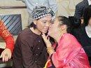 Thúy Nga bất ngờ hôn say đắm tượng Hoài Linh