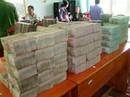 Tạm giữ 2 đối tượng vận chuyển hơn 5 tỉ đồng về Việt Nam