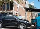 Bị cưỡng chế xây dựng, một phụ nữ lái ô tô tông xe trật tự đô thị
