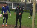 HLV Đức chỉ giáo cho thủ môn Việt
