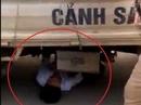 """Bị giữ xe, nam thanh niên chui vào gầm ô tô CSGT """"ăn vạ"""""""