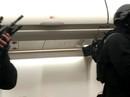 Hành khách cố xông vào buồng lái máy bay, dọa nổ bom