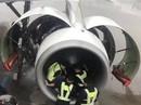 Khách Trung Quốc ném đồng xu vào động cơ máy bay cầu may