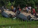 Cùng bạn trai đến đập phá nhà chồng cũ, 2 ô tô bị lật ngửa