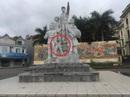 Bức tượng trong tượng đài gãy đổ, 1 bé trai bị thương