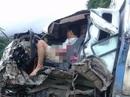 Xe tải đấu đầu xe bồn chở xăng, 2 người kẹt cứng trong cabin