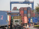 """Ba cán bộ hải quan bị bắt vì để 213 container """"mất tích"""""""