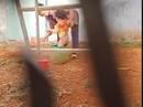 Phẫn nộ khi xem clip người phụ nữ hành hạ trẻ em
