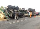 Xe container lại lật trên cao tốc Long Thành - Dầu Giây