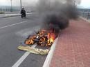 2 vợ chồng bất lực đứng nhìn xe máy bị cháy trơ khung