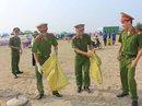 Công an cùng thanh niên ra quân làm sạch biển