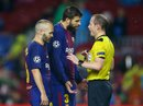 [Clip] - Trung vệ Barca nhận thẻ đỏ vì ghi bàn bằng tay