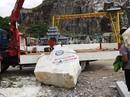 Tảng đá 2 tấn tuột cáp cẩu, người điều khiển cẩu tử vong