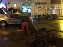 Cây xanh bị gió giật đổ, đè lún ô tô ở trung tâm Sài Gòn