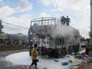 Xe tải chở hàng hội chợ bốc cháy dữ dội