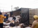 Hàng trăm hộ dân giúp xe tải gặp tai nạn trên QL 20