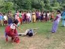 Ấn Độ: Các bà mẹ trói chặt, đánh đập nghi phạm cưỡng hiếp