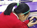 Nữ sinh vẹo cổ vì dùng điện thoại quá nhiều