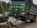 """Cẩu xe tải """"Hổ vồ"""" chở đất lên để lấy thi thể người bị nạn"""