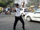 Cảnh sát Ấn Độ vừa nhảy vừa điều khiển giao thông