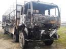 Tài xế chết lặng nhìn hàng hóa và xe tải bị thiêu rụi
