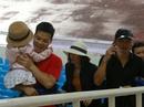 Khán giả bế con, đội mưa cổ vũ tuyển Việt Nam đấu Campuchia
