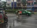 CSGT Đà Nẵng dọn thức ăn thừa bị đổ ra đường giúp dân