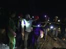 Hơn 6 giờ nghẹt thở giải cứu nạn nhân mắc kẹt trong rừng sâu