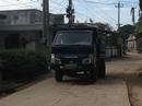 Đứng trên nóc xe tải đi vào đường làng, bị điện giật chết