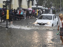 Mưa lớn, xe cộ bị nhấn chìm, người bơi trên phố