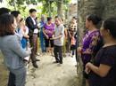 Bức xúc vì bí thư, trưởng thôn trao quà hỗ trợ lũ lụt cho vợ