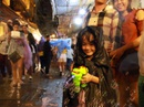 Trẻ em mệt mỏi dưới mưa trong đêm Tết thiếu nhi