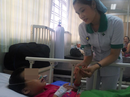 Mẹ bất cẩn, con 6 tuổi nuốt viên thuốc còn nguyên vỉ thiếc