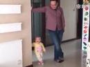 """Video: Cậu bé """"nhí nhố"""" bắt chước bố thu hút hàng nghìn lượt xem"""