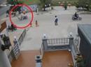 Clip: Băng qua đường, bé 3 tuổi bị xe máy tông xa vài mét