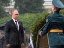 Tổng thống Putin đội mưa đặt vòng hoa trong vườn Alexander