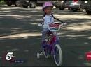 Cô bé không tay lái được xe đạp