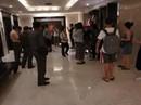 Khách Trung Quốc chen lấn xô đẩy khiến thang máy đứt dây tự do