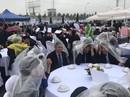 Đám cưới độc nhất vô nhị: Khách mời hoan hỉ mặc áo mưa, cầm ô ăn cỗ