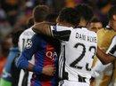 Neymar khóc nức nở, Alves an ủi